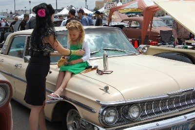 Pin-up greaser mom gives daughter a retro hairstyle