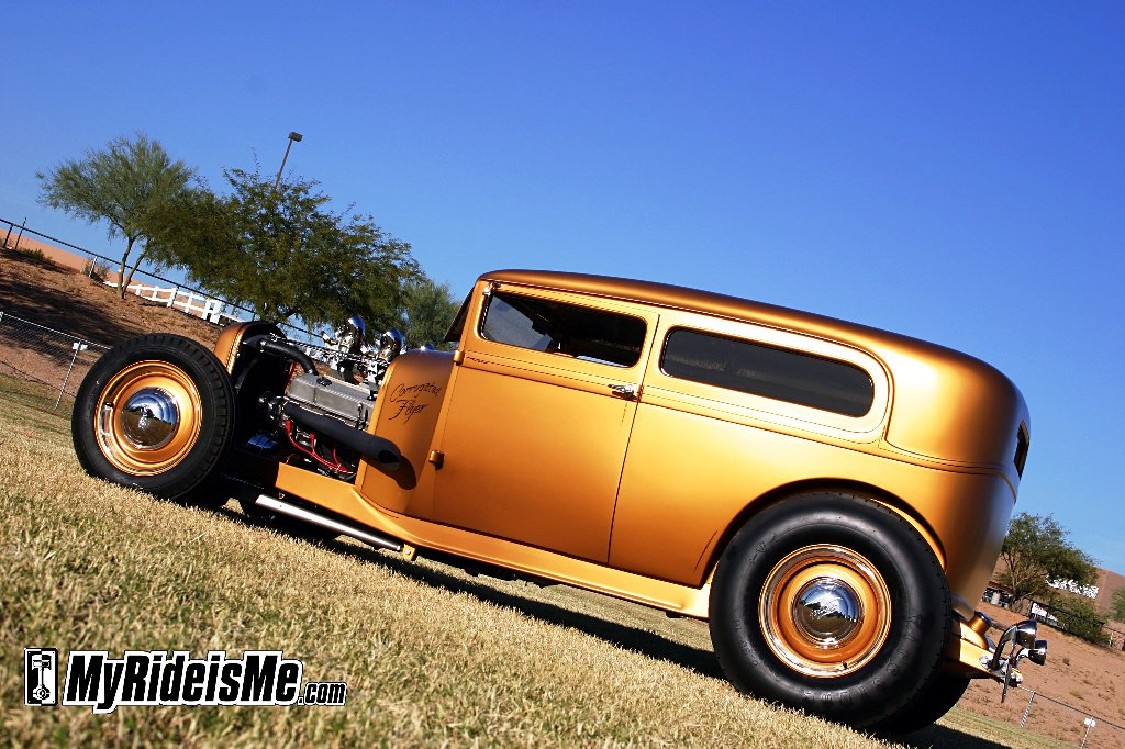 Hot rod 1929 ford sedan in Gold